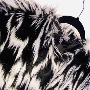 Fejk pälsjacka från GinaTricot, som ny! Köpare står för eventuell frakt.