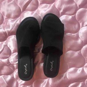 90tals slip in skor från DollsKill i storlek 7.5 (38) använda endast 1 gång pga för stora för mina fötter i själva remmen. OBS ganska tunga i klack så frakt blir lite mer än vanligt ca 90:-, kan också mötas upp i Stockholm. DMa för köp! 💋💋💋