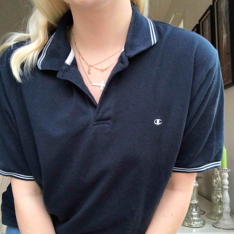 Säljer denna Champion pikétröja! Storlek L men passar även mindre storlekar som oversized! Köparen står för frakt!. T-shirts.