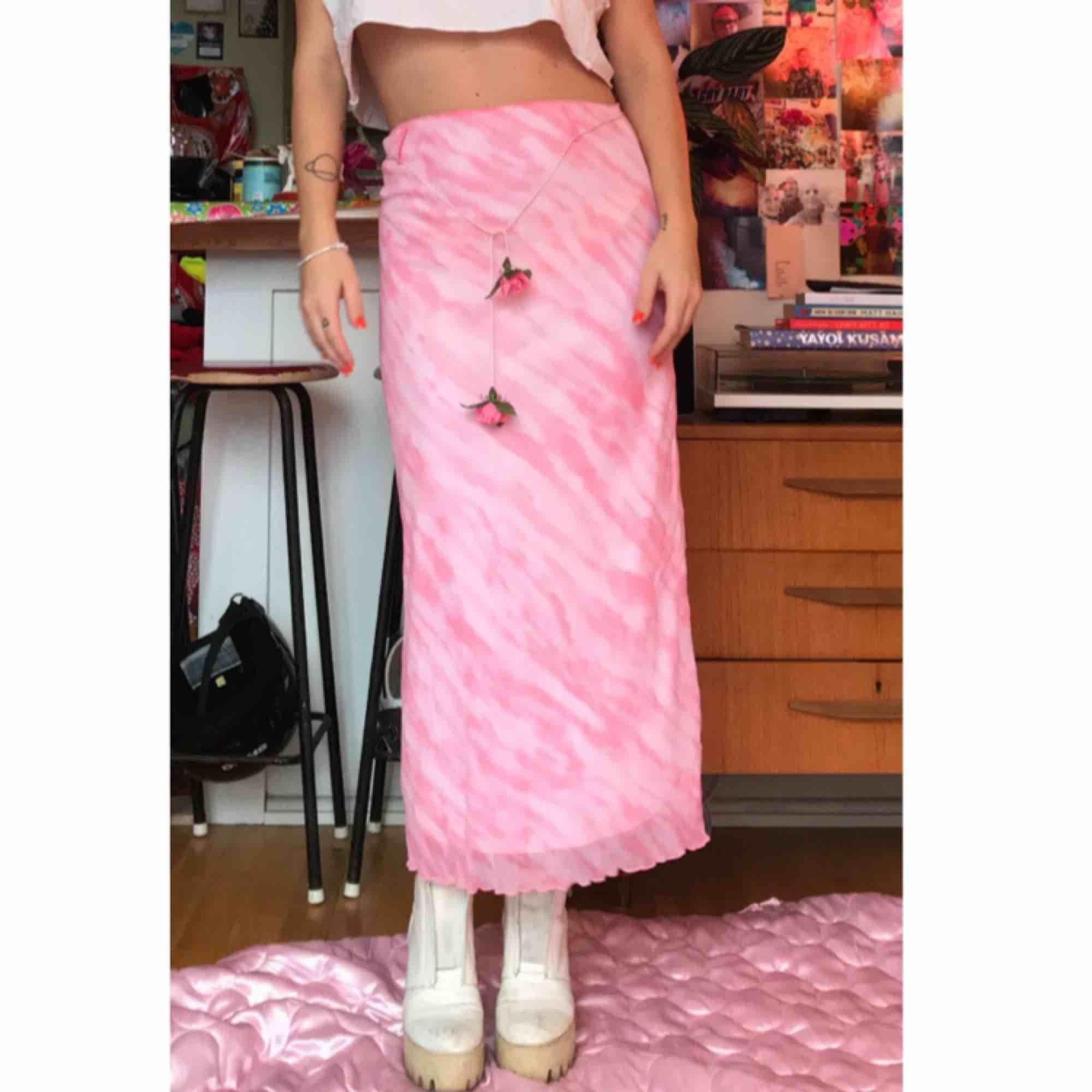 Sent 90tal tidigt 2000tal rosa lovely kjol i batik m rosor, storlek 164 kids men jag är en M så passar vuxen S/M. Swisha 150:- så skickar jag via post asap (frakt ingår) DMa för telefonnr! . Kjolar.