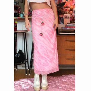 Sent 90tal tidigt 2000tal rosa lovely kjol i batik med rosor, står storlek 164 kids size men jag är en M så passar vuxen S/M. DMa för köp 💋💋💋