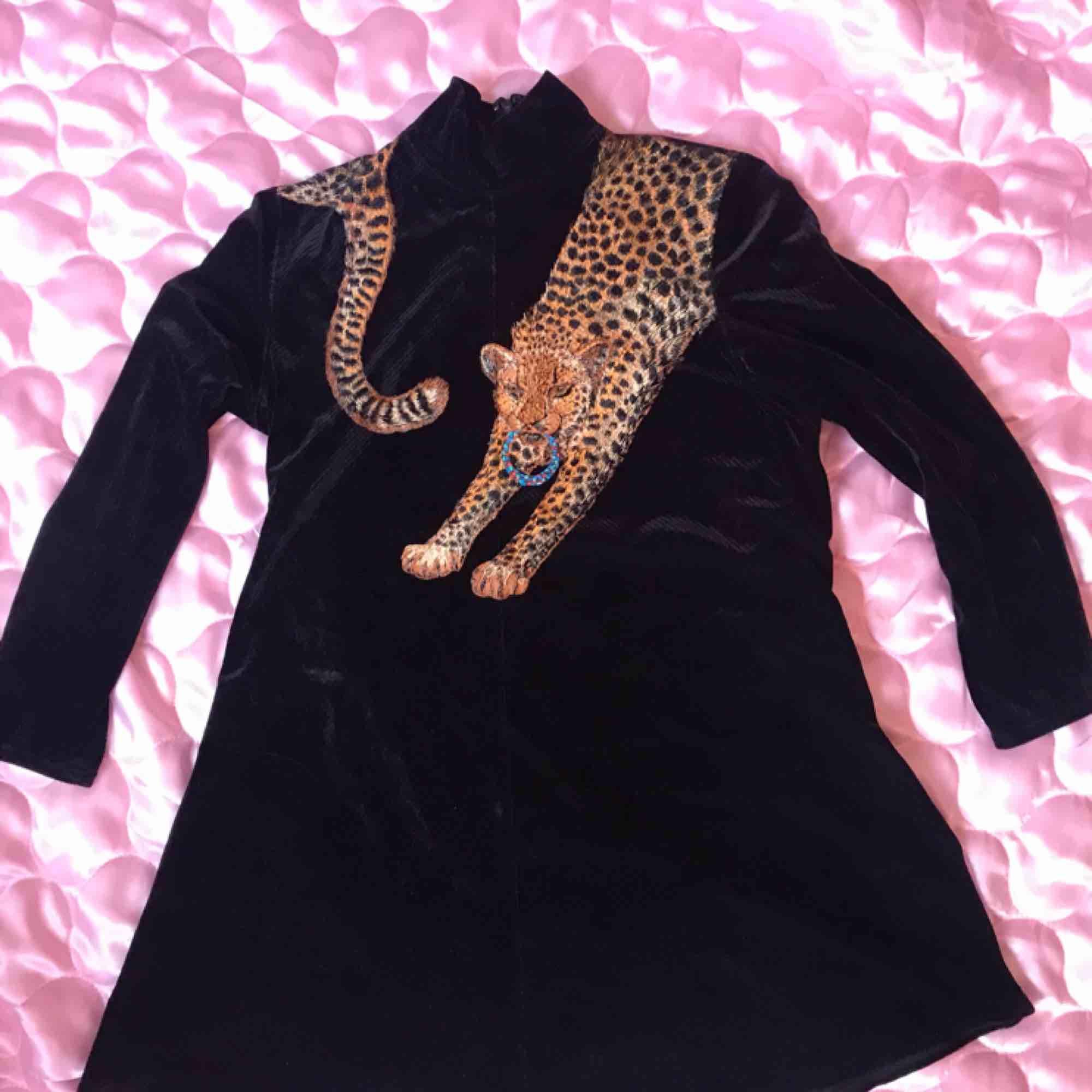 Vintage 80tals fynd, svart sammetsklänning med tiger på och små slitsar i sidan. Storlek M. Swisha 180:- så skickar jag via post asap! (Frakt ingår) . Klänningar.