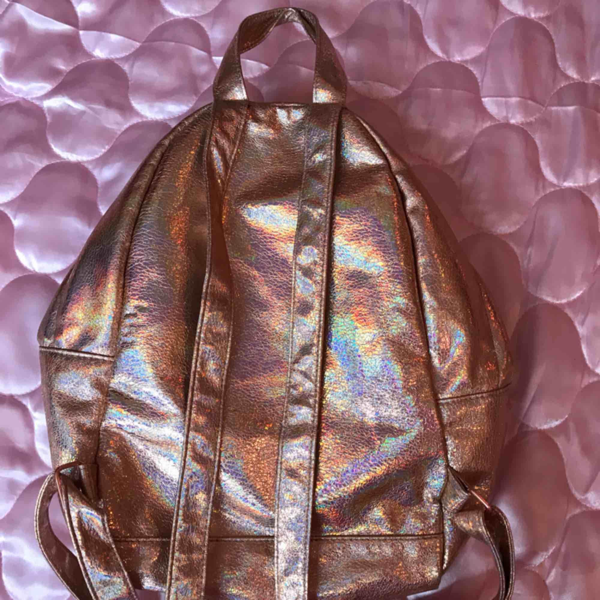 Rosa hologramväska från Asos använd 1 gång endast! Swisha 160:- så skickar jag via post asap! DMa mig för telefonnr å din adress <3 Xoxo . Väskor.