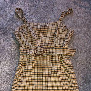Vintage klänning i jättefint skick utan några slitningar eller liknande!  Klänningen kommer från PRIMARK (ej weekday) Använd max 2 ggr! Frakt ingår i priset! Betalning sker endast via swish! Kan fraktas över hela Sverige!