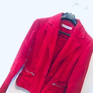 Röd jacka i Manchester från Vero Moda.