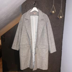 Kappa från H&M i oversize stil! Jättefin både knäppt och öppen! ❤️  Har använts en gång. Randigt tyg på insidan! 👾