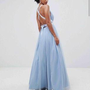Världens finaste klänning som köptes inför balen men hittade en annan som jag tyckte mer om och ångrade mig försent. Den är petite och passar 165 och nedåt skulle jag tro. Ca 740kr i nypris. Gratis frakt vid snabbaffär💗💗🌸