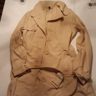 Tunn beige lång trench coat! Som ny. Stl 38 hämtas i Mehedeby,kan tas till Tierp!