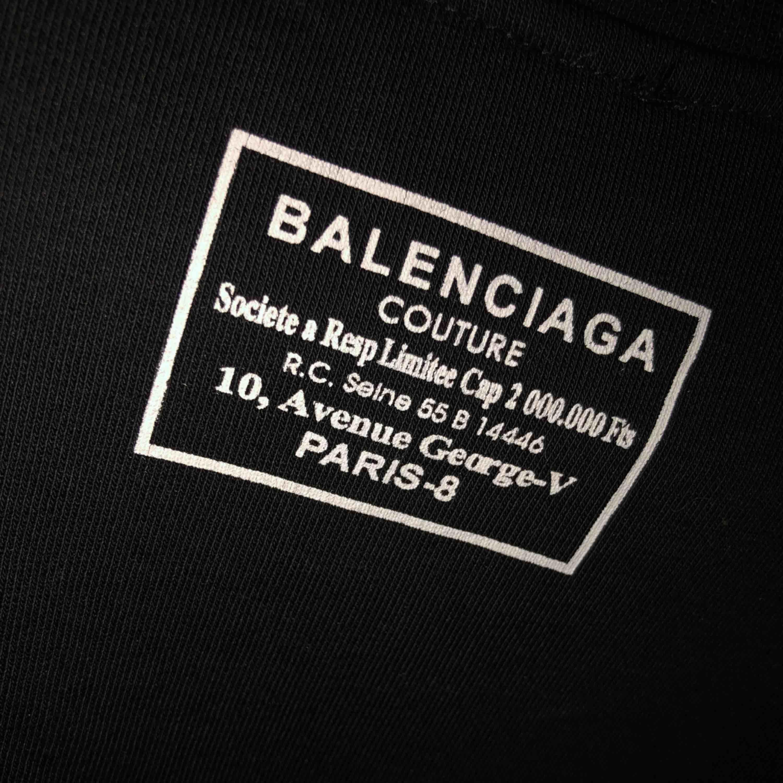 Balenciaga tröja (replika) storlek M men liten i storlek  Aldrig använd, bara provad . Huvtröjor & Träningströjor.