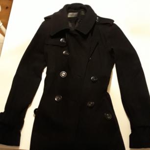 Svart jättefin ull jacka, hämtas i Mehedeby eller tas till Tierp.