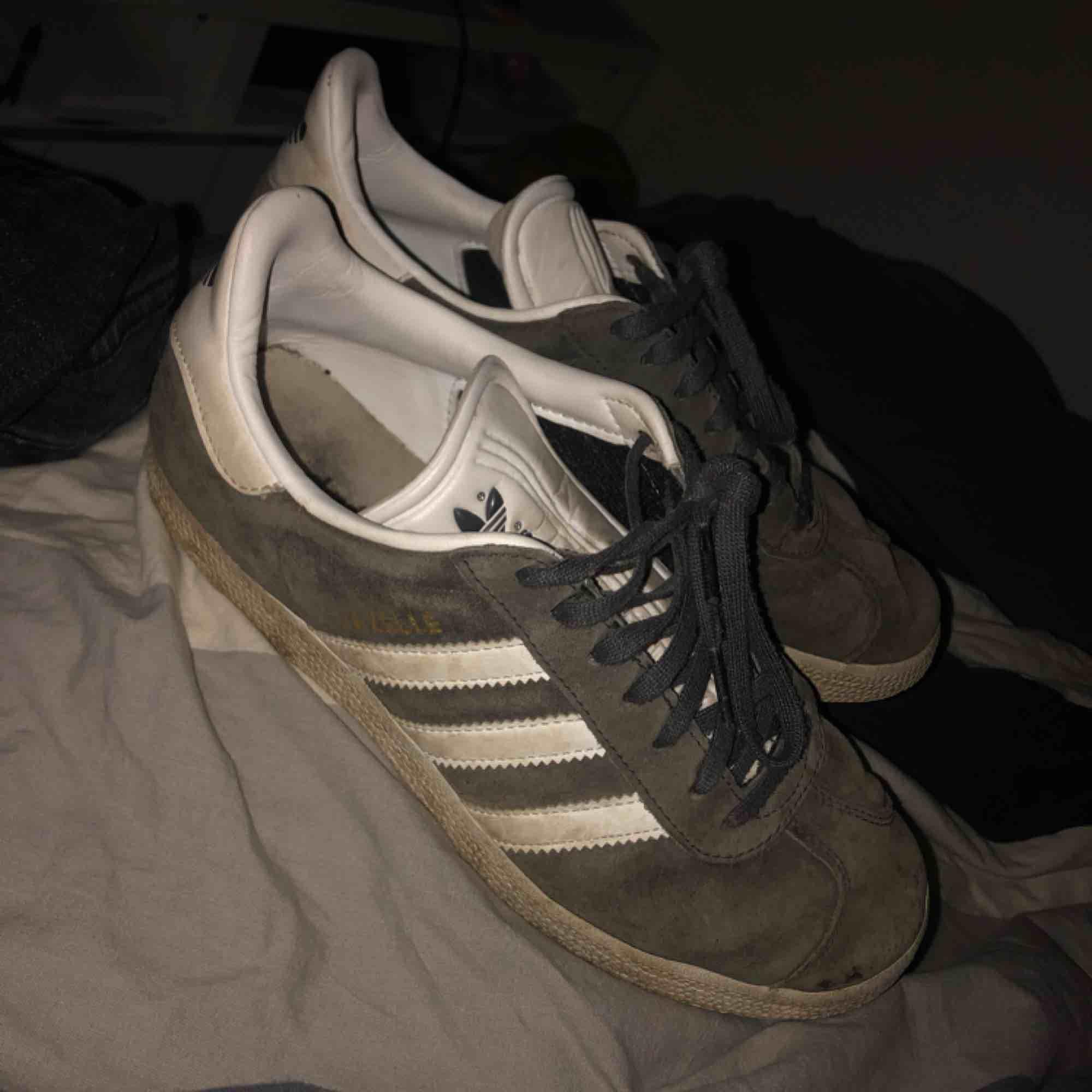 Adidas gazelle i färgen grå! Super snygga. Använda och därav lite smutsiga men inget som inte går att tvätta bort.  Frakt: 100kr . Skor.