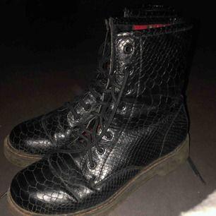 Sååå snygga boots i det trendigaste mönstret! Sparsamt använda  100kr frakt
