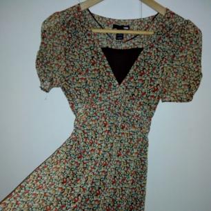 En skitsöt klänning med rosett! Fett svårt att få bra bild men den är typ lite brunaktig? Fast snygg brun, inte ful. Strl 36. Både underkjolen och resten är i polyester! Använd typ fem gånger i somras. Betalas via Swish! Frakt ingår