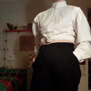 Jävligt fancy skjorta med puffärmar!! Älskar denna men är lite för classy för mig just nu. Går att knyta upp eller styla med hängslen som en cool järnarbetare. Har ej normal skjortkrage utan knäpps hela vägen upp som på sista bilden. Betalas via Swish. Frakt ingår.
