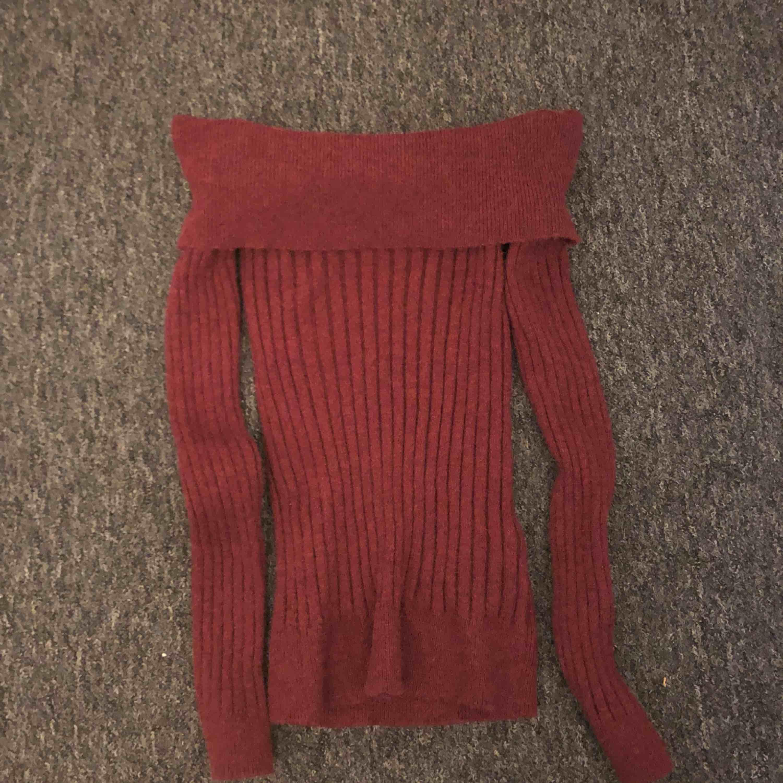 Stickad vinröd tröja från veromoda, använd 1 gång. Frakt tillkommer. Färgen på bilderna ser annorlunda ut pga olika ljus, den första bilden ger rätt färg.. Stickat.