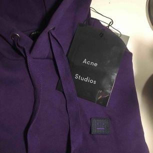 Superfin lila acne studios hoodie. Har bara använt den en gång, dock har den ett litet hål vid sömmen som jag inte vet vad det är från men det syns knappt (visas bild 2). Nypris: 2300kr. Kan mötas upp i Sthlm! Pris går att diskutera. Passar XXS-S