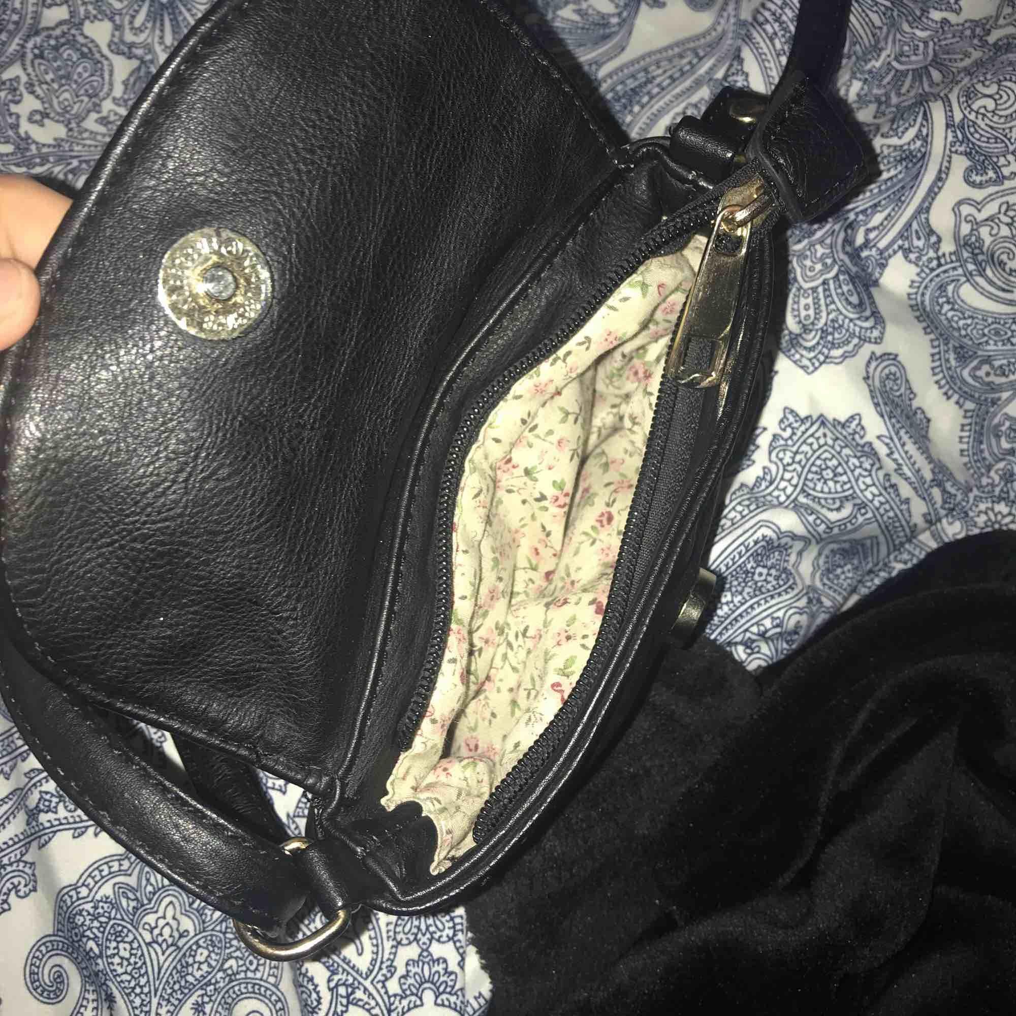 Handväska med guldiga nitar typ dragkedja och knapp så fin pimpar en outfit fint justerbart axelband. Väskor.