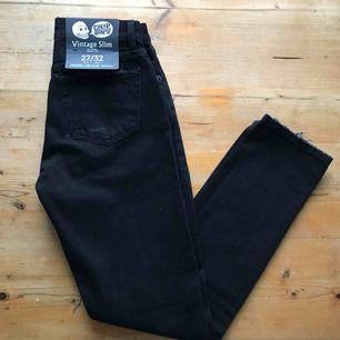 Ett par svarta Cheap Monday jeans med hål på knäna. Mid high waist, ganska mjuka✨aldrig använda