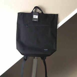 Säljer en ny, oanvänd ryggsäck från Sandqvist i modellen Mio! Den har två innerfack varav ett är anpassat för en laptop, ett ytterfack och ett sidofack!   Om den ska skickas tillkommer en frakt på 18kr eller 36 kr!