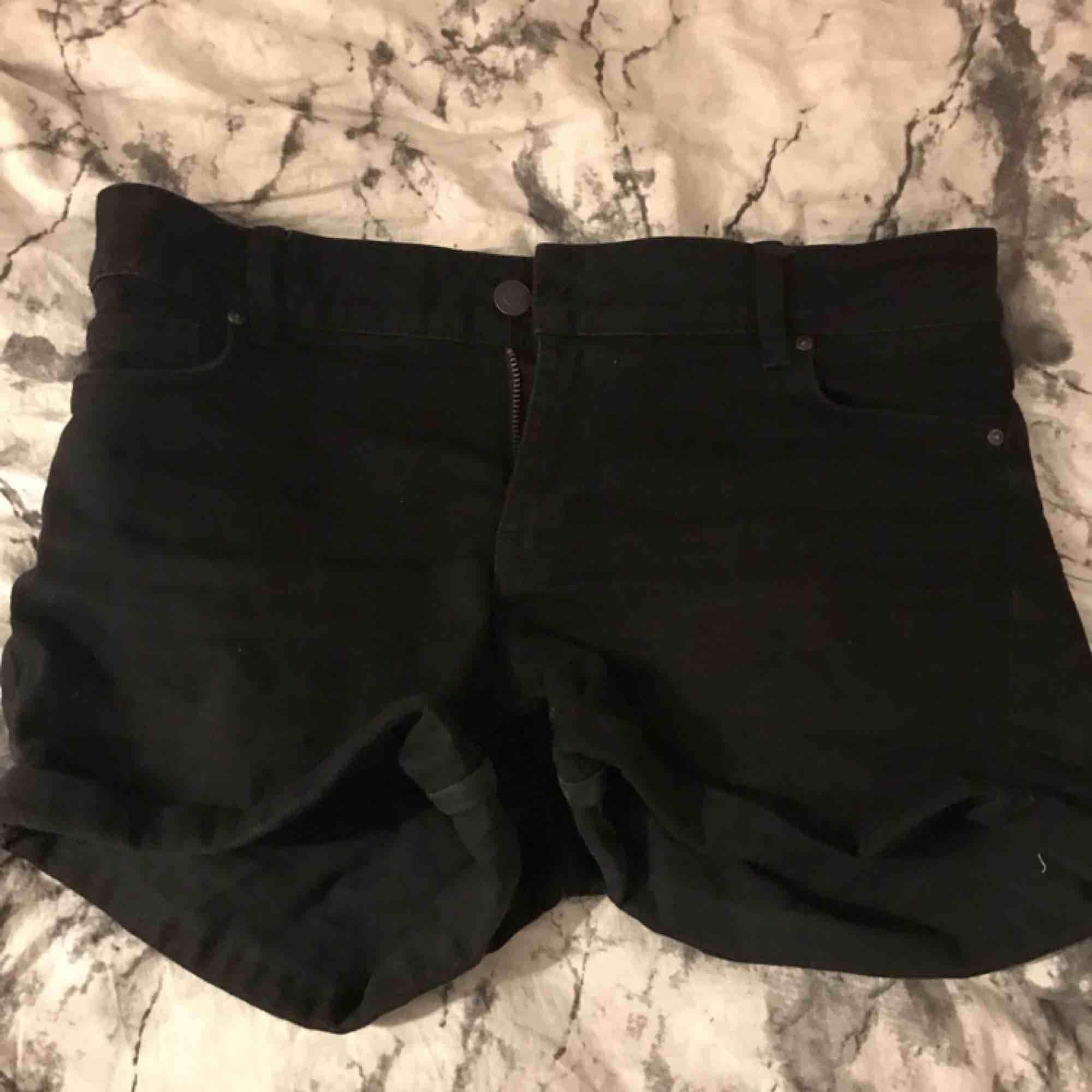 Helt vanliga svarta shorts. Kan frakta men då står köparen för frakten tar även swish😊. Shorts.