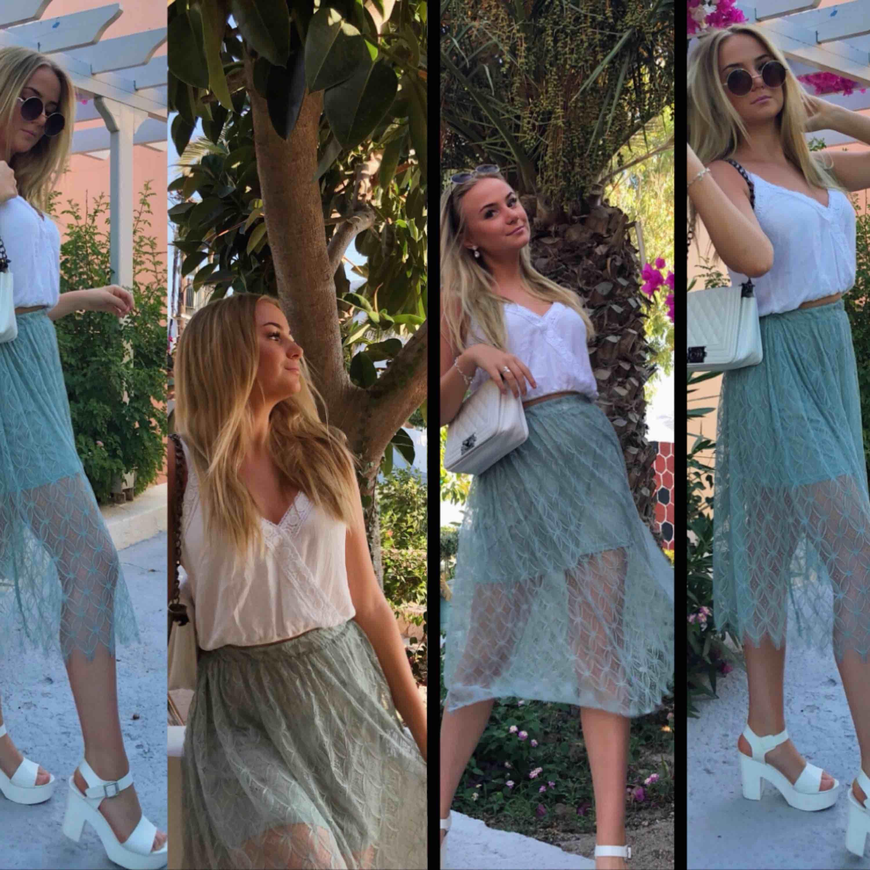 Spets kjol från H&M som har ett extra tyglager längst låren, som ni ser på bilderna! Ljusgrön fin färg, i bra skick⭐️. Kjolar.