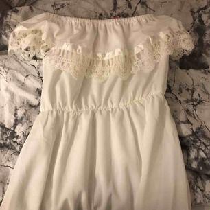 Jätte fin somrig off shoulder klänning.  Kan frakta men då står köparen för frakten tar även swish😊