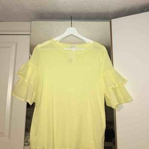 Härlig gul t-shirt som är oanvänd, endast provad och i nyskick. Prislapp kvar!