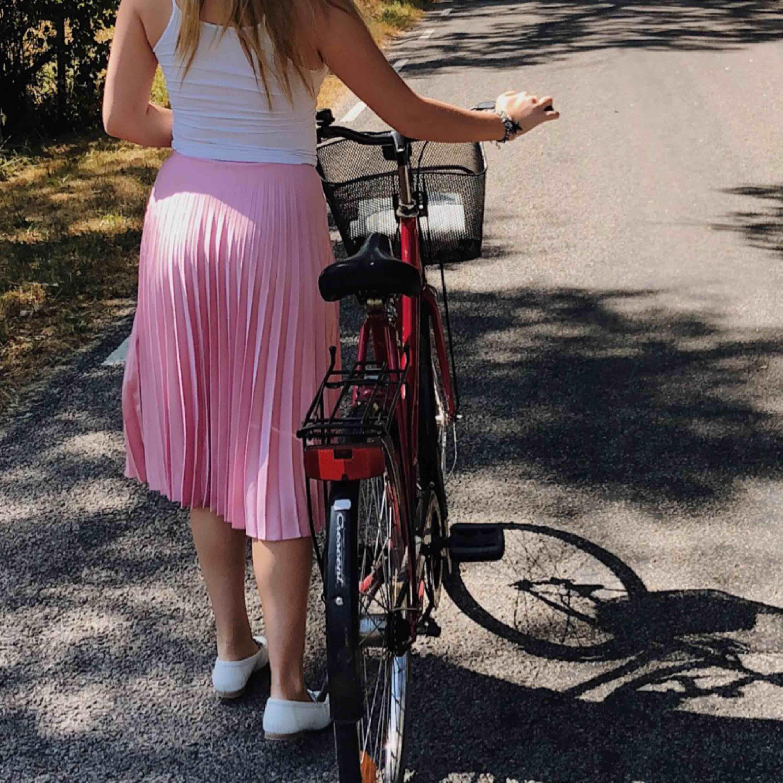 """""""Persienn"""" kjol, super gullig rosa färg, passar S bäst, använd 2 gånger! . Kjolar."""