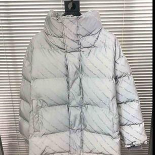 Sjuuuuuukt fin Balenciaga jacka (AA-kopia) som säljs pga storleksfel.. Jackan är reflekterande (som på bilden). Storleken är L, dock är den sjukt stor, så den passar som oversized. Nypris: 1600kr Frakt: 63kr OBS! Passar både för tjejer och killar!