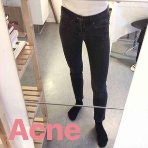 Gråsvarta Acne jeans! Storlek 25 men jag brukar ha 24 och de sitter bra på mig. Innerbenslängd 65cm