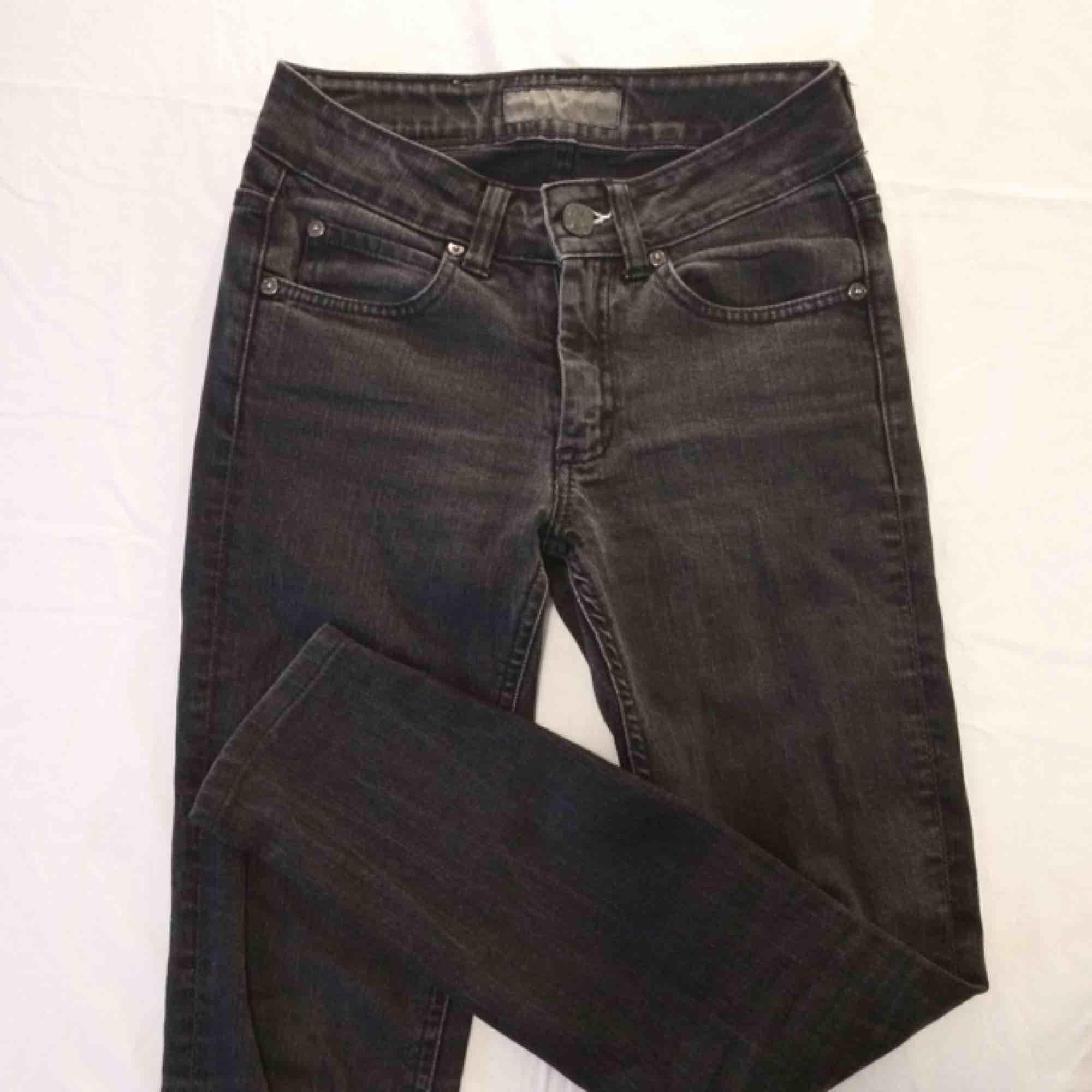 Gråsvarta Acne jeans! Storlek 25 men jag brukar ha 24 och de sitter bra på mig. Innerbenslängd 65cm. Jeans & Byxor.