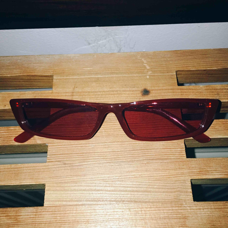 Sjukt fina solglasögon från NAKD (slutsåld) säljes pga använder ej. Samma glasögon som andra bilden. FRI FRAKT.. Accessoarer.