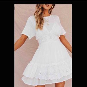 Denna klänning är aldrig använd. Säljer pågrund av fel storlek. Köpt från Verge Girl. Nypris: 800 + ytterligare 550 kr i tull. Frakt betalas själv, om så önskas. Annars möts jag gladeligen upp i Göteborgs trakten.