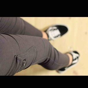 Byxor från twintip som är i storlek 38 men jag som är en 36 kan ha den om jag har skärp. Fin grå färg med fickor på rumpan och låren. Frakt tillkommer