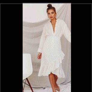 Denna kjol är aldrig använd. Säljer pågrund av fel storlek. Köpt från Verge Girl. Nypris: 600 + ytterligare 550 kr i frakt. Frakt betalas själv, om så önskas. Annars möts jag gladeligen upp i Göteborgs trakten.