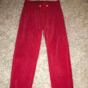 Säljer ett par super sköna mjukis byxor som tyvärr inte har kommit till användning. Frakt betalar köparn.