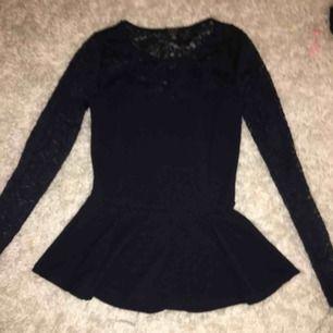 En Super fin mörkblå tröja använd mindre en 4 ggr säljer den eftersom att den är lite för stor för mig. Köparen betalar frakt.
