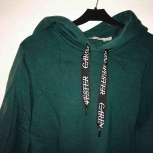 Grön hoodie från Carin Wester (Åhléns), fint skick! Bredare i ärmarna