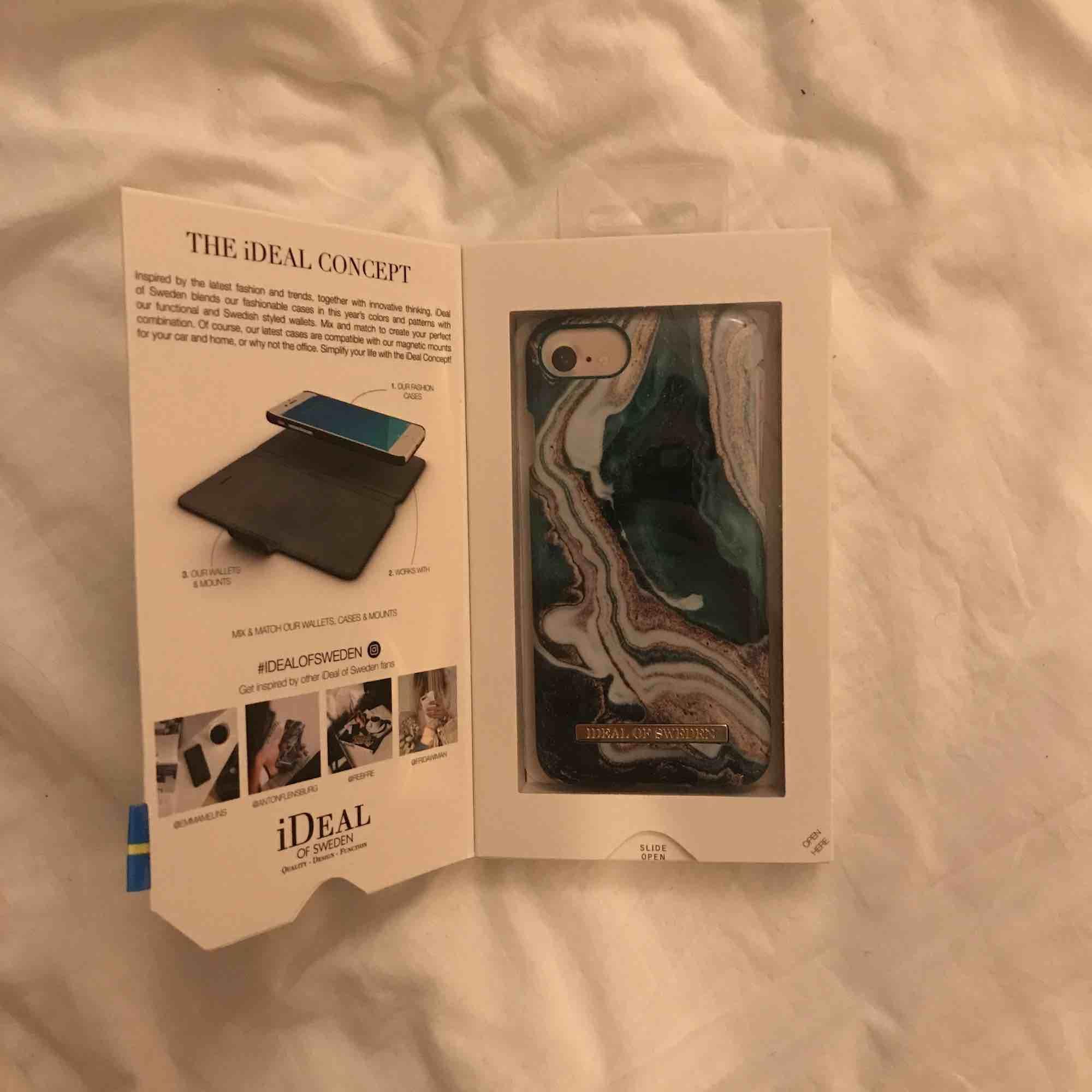 Helt nytt och oanvänt skal ifrån ideal of Sweden, superfin design! har inte varit utanför förpackningen alls. Funkar för iPhone 8/7/6/6s. Frakt betalas av köparen (35kr). Betslas med swish! . Accessoarer.