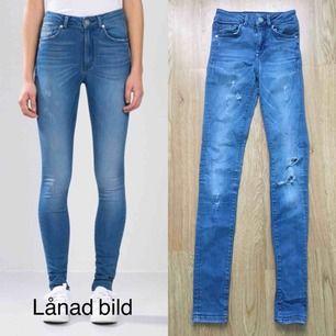 Jeans i storlek XS, stretchiga. Bra begagnat skick! Innersöm ca 77 cm. Nypris 600.