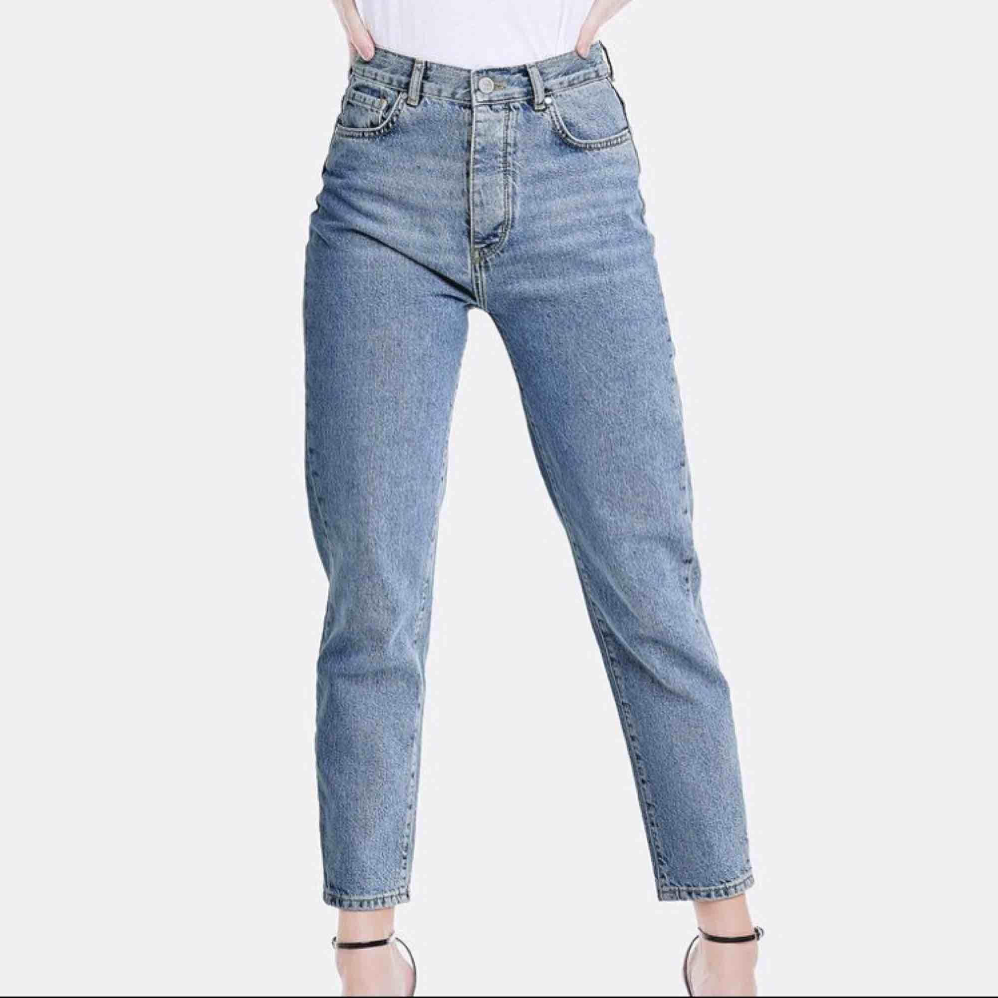 Mom jeans från BikBok i storlek S. Ganska välanvända men ändå väldigt fint skick! Innersöm ca 67-69 cm. Passar alla längder beroende på hur man vill att de ska sitta! Nypris 600. Kan mötas upp i Stockholm eller skicka mot fraktkostnad (gissar 55:-). Jeans & Byxor.