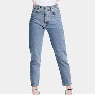 Mom jeans från BikBok i storlek S. Ganska välanvända men ändå väldigt fint skick! Innersöm ca 67-69 cm. Passar alla längder beroende på hur man vill att de ska sitta! Nypris 600. Kan mötas upp i Stockholm eller skicka mot fraktkostnad (gissar 55:-)