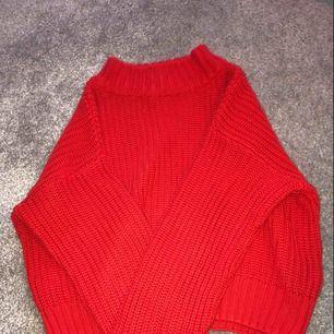 En röd, bekväm, superfin stickad tröja med turtelneck från H&M! Den är i storlek S och har ett slitage på ena armen (därmed det låga priset, se bild 3). Frakt ingår i priset och betalning sker enbart via swish! Kan fraktas över hela Sverige!