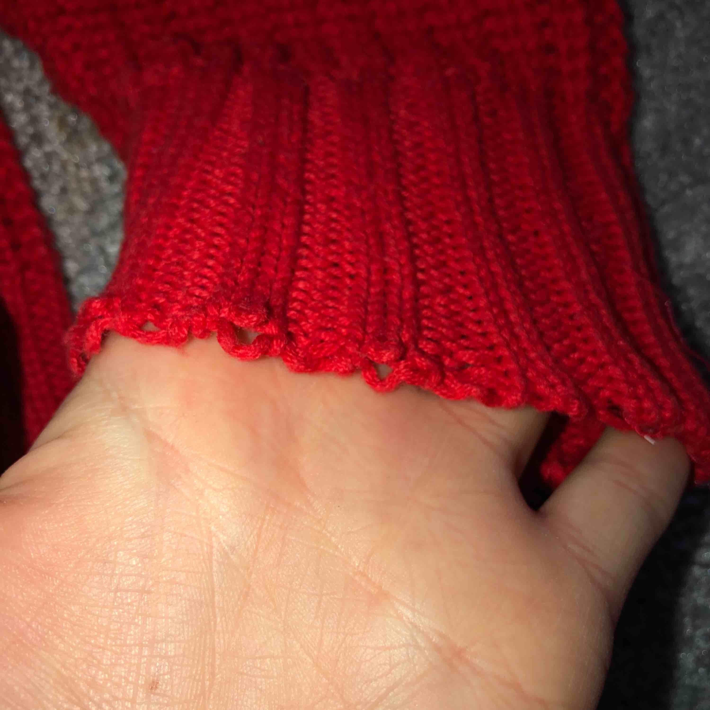 En röd, bekväm, superfin stickad tröja med turtelneck från H&M! Den är i storlek S och har ett slitage på ena armen (därmed det låga priset, se bild 3). Frakt ingår i priset och betalning sker enbart via swish! Kan fraktas över hela Sverige!. Tröjor & Koftor.