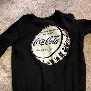 En mjuk och skön tröja ifrån Coca Cola! Storleken är S, men skulle passa en XS bättre. Inga konstigheter och nästan aldrig använd pga fel storlek.  Frakt ingår i priset och betalning sker enbart via swish! Kan fraktas över hela Sverige!
