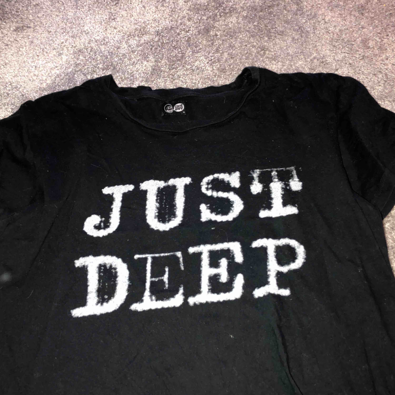En riktigt bekväm T-Shirt ifrån cheap monday! Den är perfekt som en oversized-tröja men också väldigt snygg knuten! Den är i storlek XL. Frakt ingår i priset! Betalning sker endast via swish! Kan fraktas över hela Sverige. T-shirts.