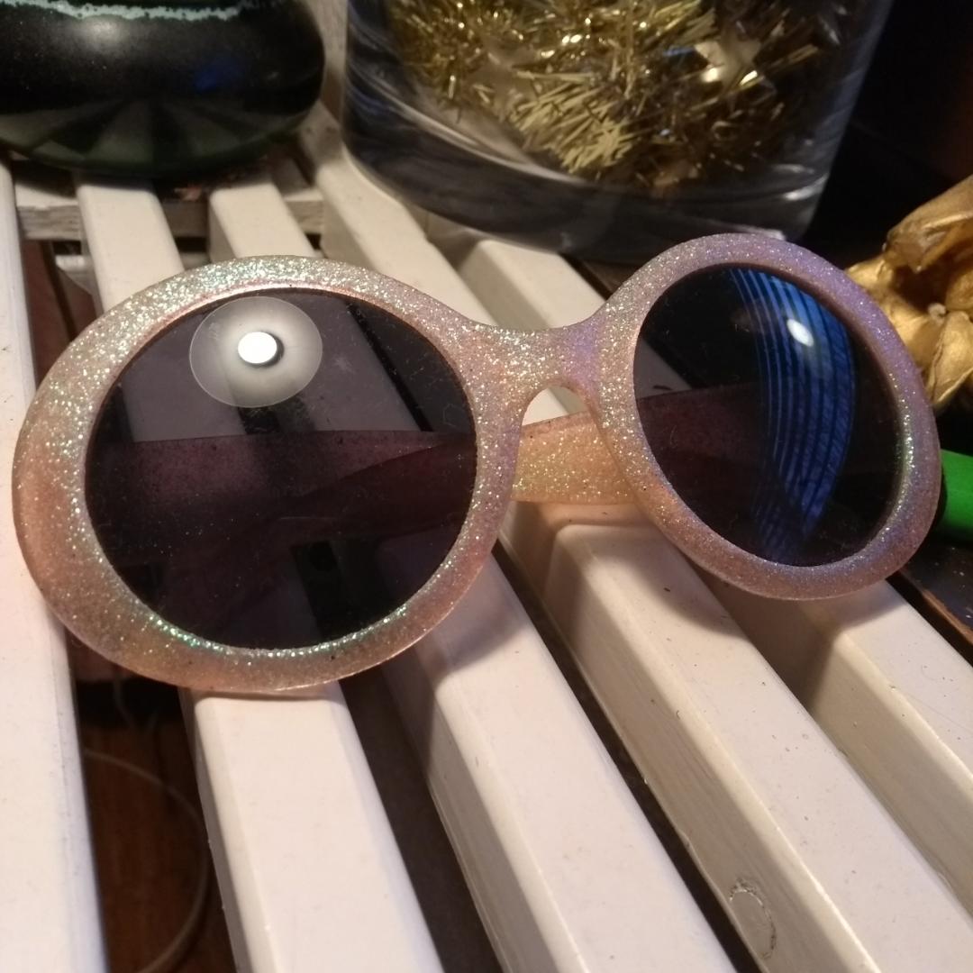 Rosa solglasögon med grönt skimrande glitter på, använda men i fint skick!. Accessoarer.