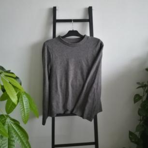 Fin och skön tröja från Gina! Använd typ en eller två gånger bara. Frakt på 60kr tillkommer om vi inte möts upp i Stockholm.