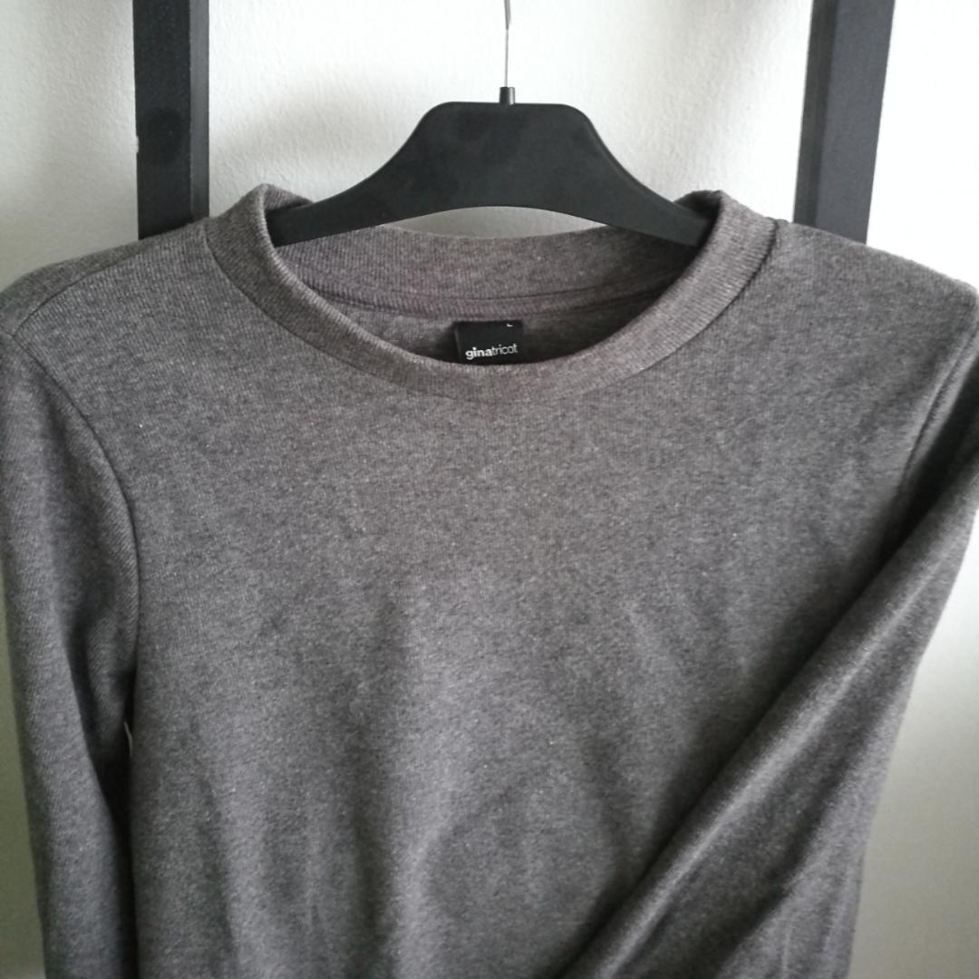 Fin och skön tröja från Gina! Använd typ en eller två gånger bara. Frakt på 60kr tillkommer om vi inte möts upp i Stockholm. . Tröjor & Koftor.