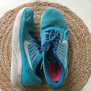 Nike lunarglide 8, supersköna att springa i! Lite tillknycklade på bilden då de legat i en skolåda ett tag. Annars ej använda särskilt mycket!